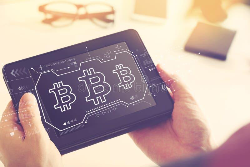 Bitcoin com um tablet pc fotografia de stock