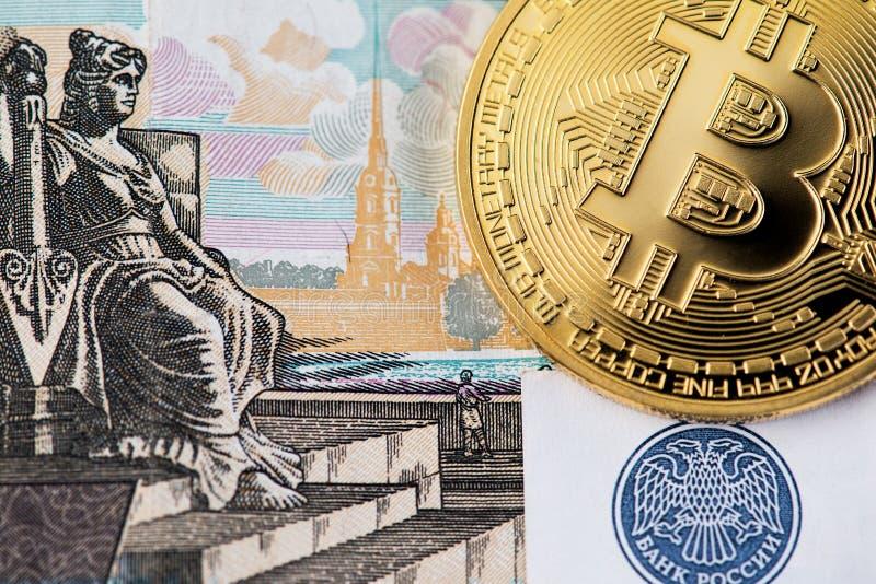 Bitcoin con el billete de banco de la rublo rusa fotos de archivo