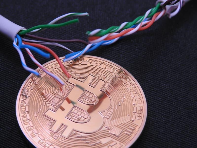 Bitcoin con en superior algunos cables del utp foto de archivo libre de regalías