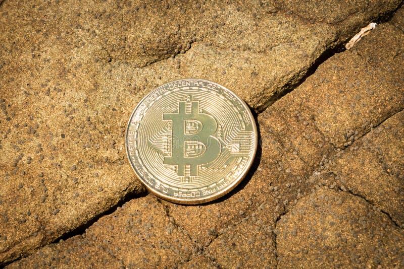 Bitcoin con la crepa nella fine della roccia su immagine stock libera da diritti