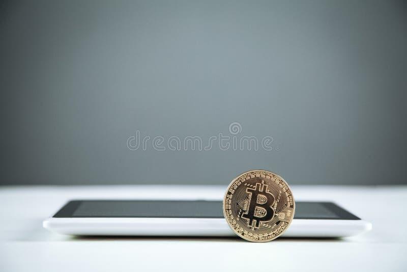 Bitcoin con la tableta digital Concepto de la tecnología, del anuncio publicitario y de las finanzas imágenes de archivo libres de regalías