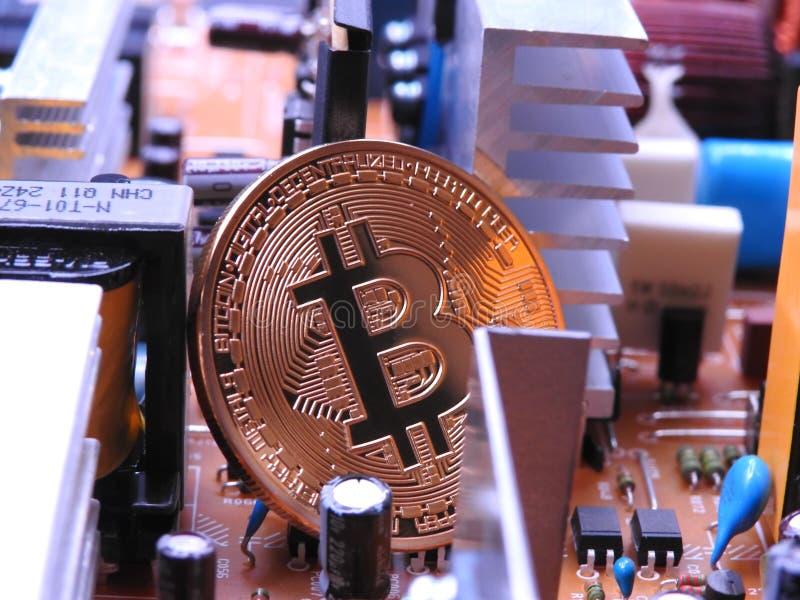 Bitcoin con los componentes electrónicos foto de archivo