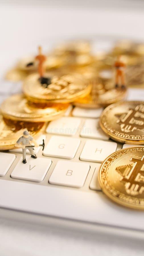 Bitcoin con piccolo dipende la tastiera immagini stock