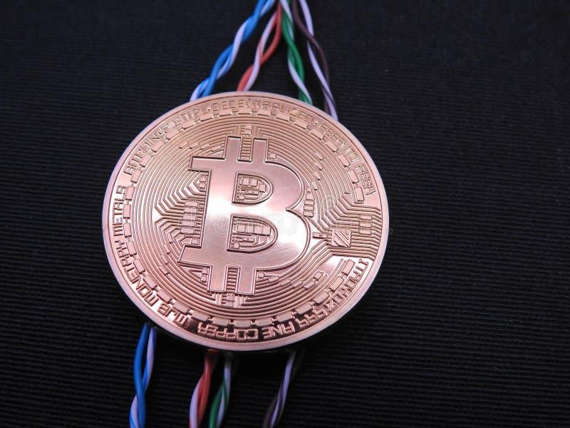 Bitcoin conectó con los cables de datos torcidos imagenes de archivo