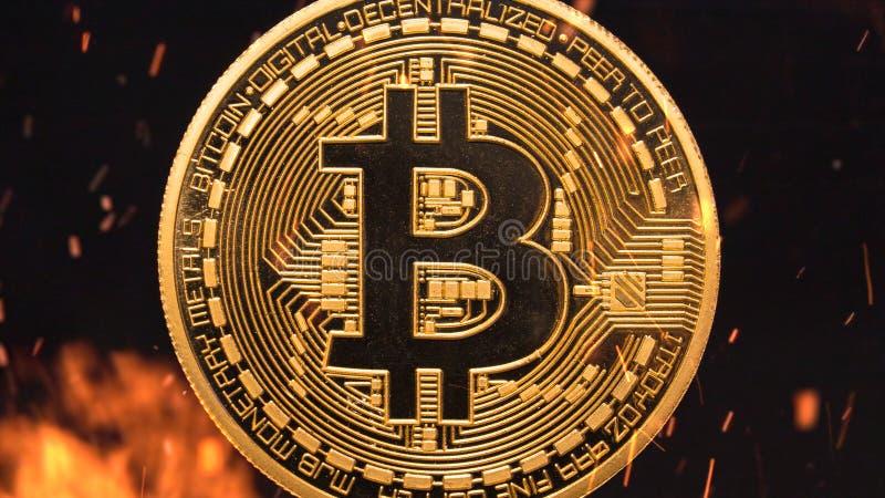 Bitcoin - crypto νομισμάτων BTC κομματιών κάψιμο χρημάτων νομίσματος στοκ εικόνες
