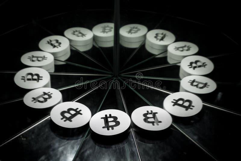 Bitcoin Crypto valutasymbol på spegeln och som täcker i rök royaltyfri illustrationer