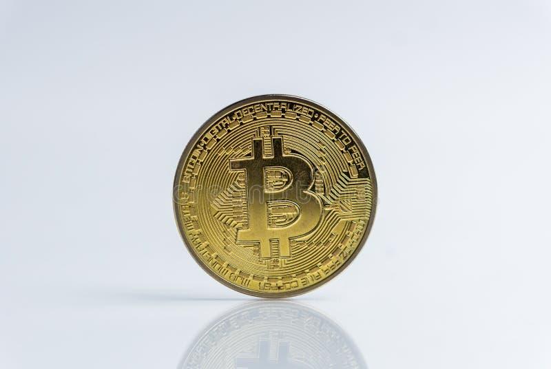 Bitcoin Crypto waluta Złocisty Bitcoin, BTC, kawałek moneta Makro- strzał Bitcoin monety odizolowywać na białym tle, ciie za obraz royalty free