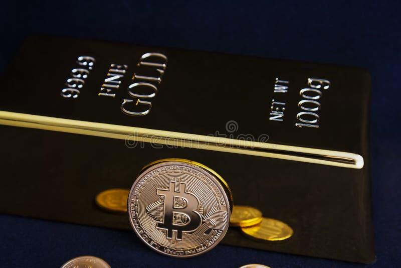 Bitcoin cryptocurrency和金制马上的齿龈在黑背景 库存图片