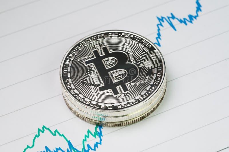 Bitcoin cryptocurrency,数字式金钱价格上升概念,堆 库存照片
