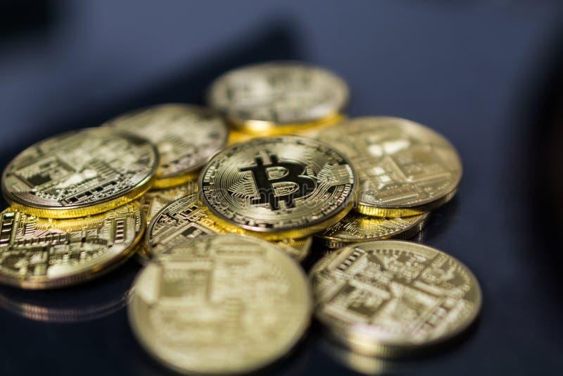 Bitcoin Cryptocurrency Cyfrowego kawałka monety BTC waluty technologii Biznesowy Internetowy pojęcie Wiele bitcoin monety fotografia royalty free