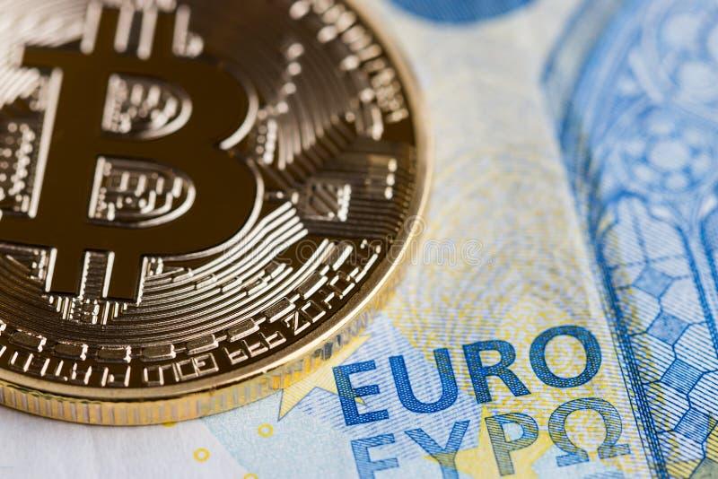 Bitcoin Cryptocurrency es el concepto del dinero del pago de Digitaces, monedas de oro con el s?mbolo de letra de B, circuito ele imagen de archivo