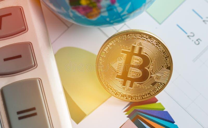 Bitcoin Cryptocurrency es moderno del dinero del pago de Digitaces del intercambio, circuito de Bitcoins del oro con s?mbolo de l imagen de archivo libre de regalías