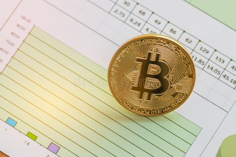 Bitcoin Cryptocurrency es moderno del dinero del pago de Digitaces del intercambio, circuito de Bitcoins del oro con s?mbolo de l fotografía de archivo libre de regalías