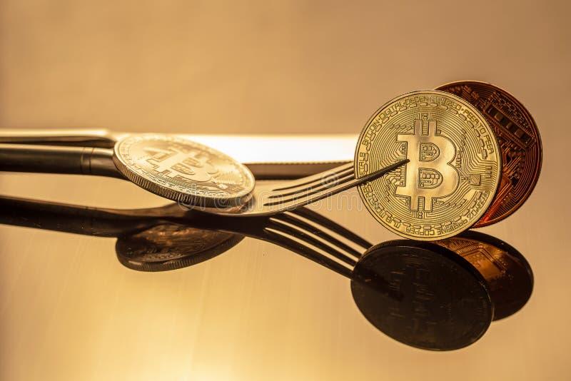 Bitcoin Bitcoin-Cryptocurrency físico del oro en luz de oro BU fotografía de archivo