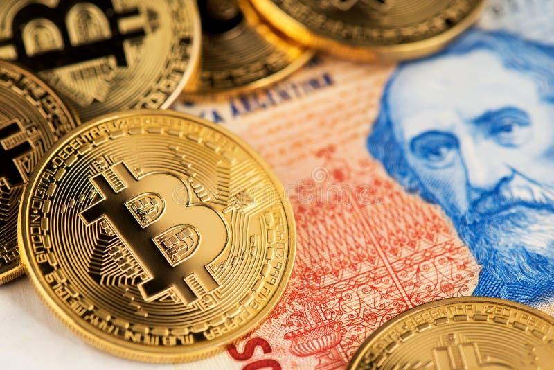 Bitcoin cryptocurrency i Argentyna peso banknoty obrazy royalty free