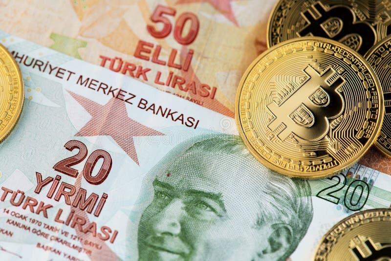 Bitcoin Cryptocurrency i Tureckiego lira banknoty fotografia stock