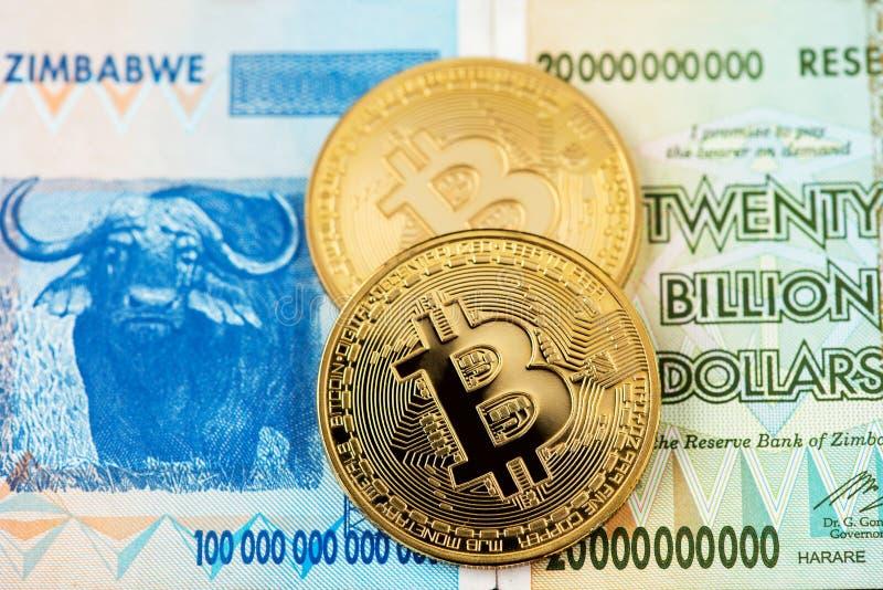 Bitcoin Cryptocurrency monety i Zimbabwe hiperinflacja banknot fotografia royalty free