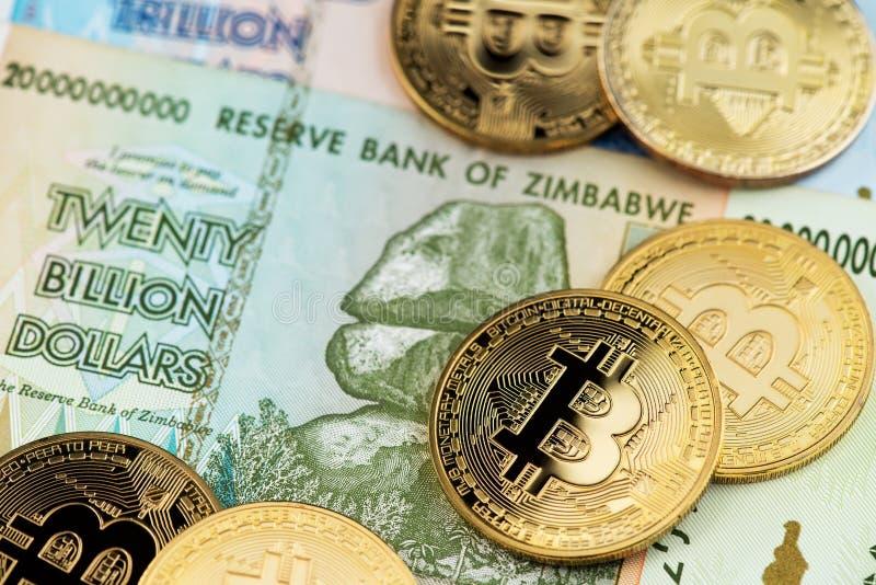 Bitcoin Cryptocurrency monety na Zimbabwe hiperinflacji banknotach zdjęcie royalty free