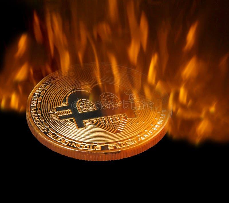 Bitcoin cryptocurrency som förfalskas i pannabrand royaltyfria bilder