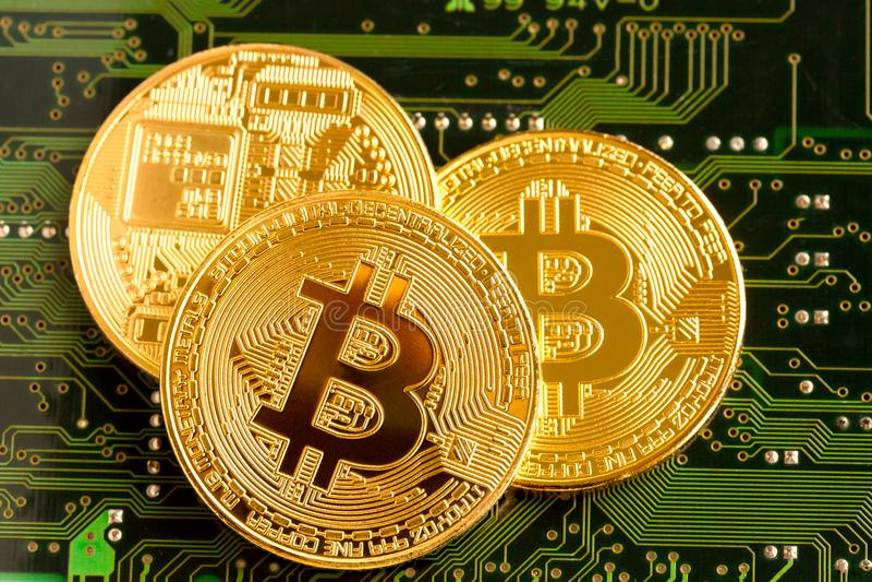Bitcoin d'or Cryptocurrency sur la carte image libre de droits