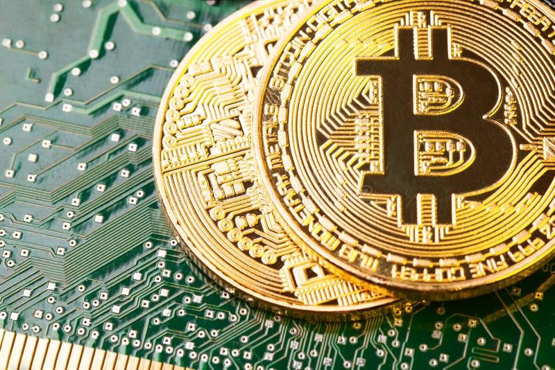 Bitcoin d'or Cryptocurrency sur la carte d'ordinateur photographie stock libre de droits