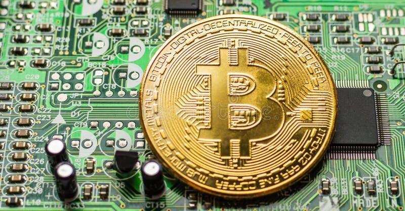Bitcoin d'or Cryptocurrency sur la carte d'ordinateur Macro tir photo libre de droits