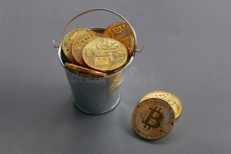 Bitcoin d'or de reproduction avec la pile sur le fond gris Concept d'affaires et de finances photo stock