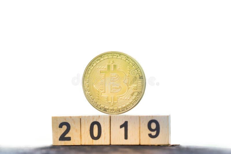 Bitcoin d'or et année en bois de nombre de bloc 2019 sur le fond blanc d'isolement avec l'espace de copie photo libre de droits