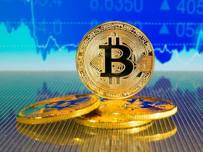 Bitcoin d'or et argenté sur le fond abstrait bleu de finances Cryptocurrency de Bitcoin photo stock