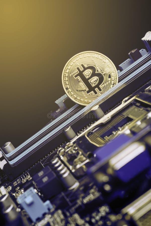 Bitcoin d'or invente sur la carte mère, mineur avec la carte, piscine Cryptocurrency photos stock