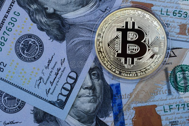 Bitcoin d'or sur des dollars US Devise de Digital photo stock