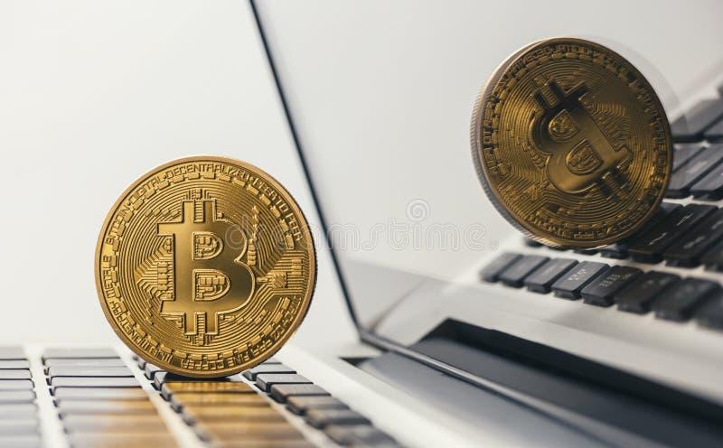 Bitcoin d'or sur le carnet image stock