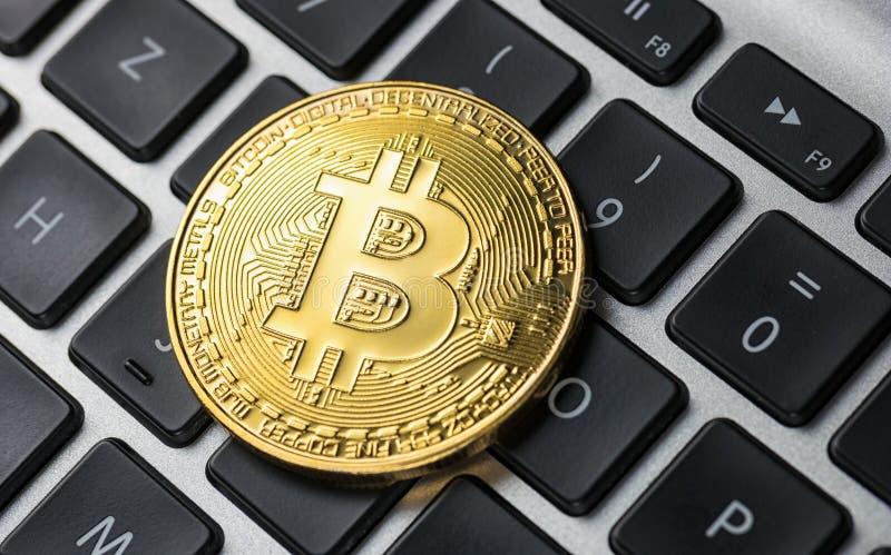 Bitcoin d'or sur le carnet images stock