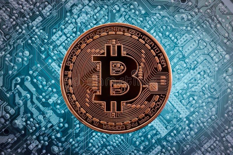 Bitcoin d'or sur le circuit électronique illimité photos libres de droits