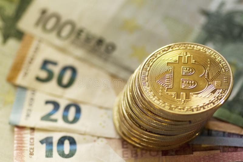 Bitcoin da moeda de Digitas e euro- cédulas fotografia de stock
