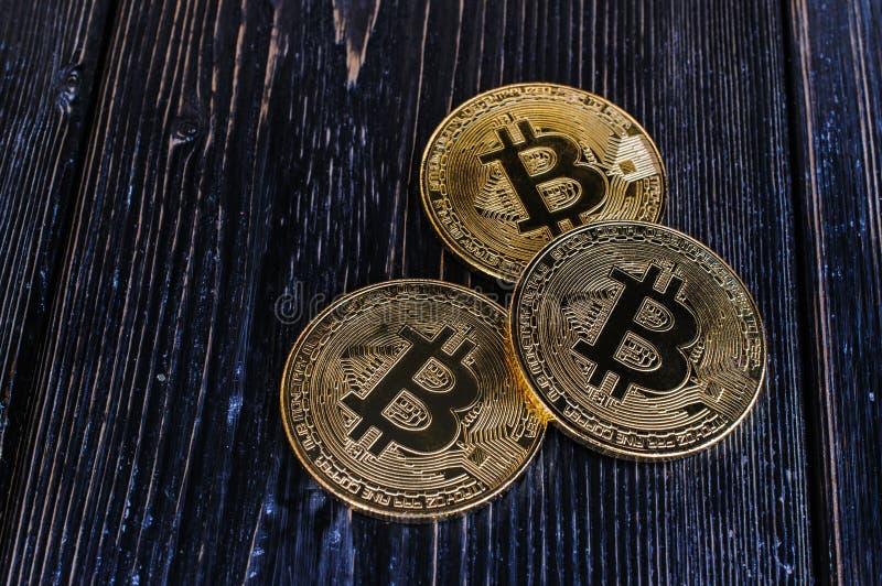 Bitcoin da moeda em um fundo preto fotografia de stock