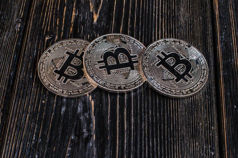 Bitcoin da moeda em um fundo preto imagem de stock