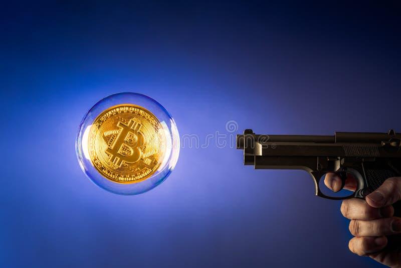 Bitcoin dans la bulle avec le pistolet photos libres de droits