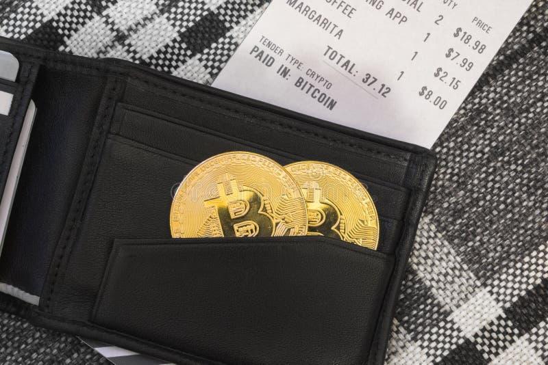 Bitcoin dans un portefeuille à un restaurant photo stock