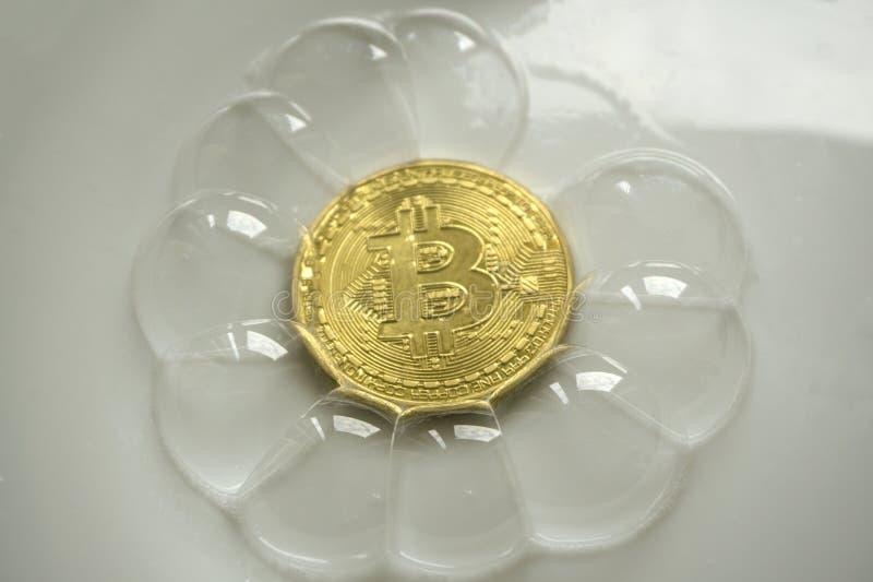 Bitcoin dans une bulle de savon sur le fond pourpre avec la lumière du soleil photo libre de droits