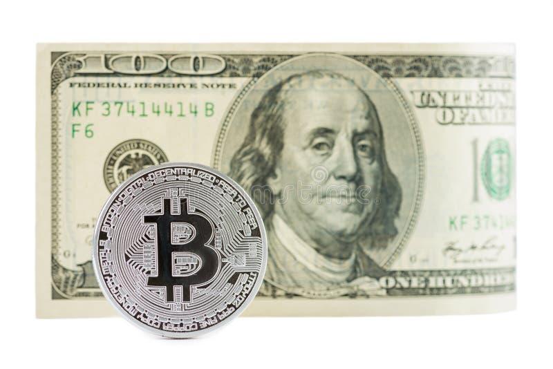 Bitcoin davanti a cento banconote in dollari fotografia stock libera da diritti