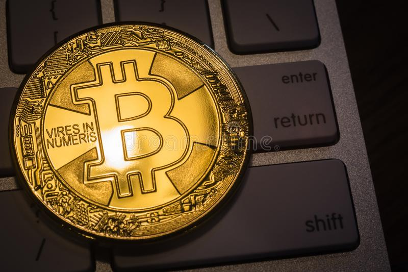 Or Bitcoin de Cryptocurrency sur le clavier images stock