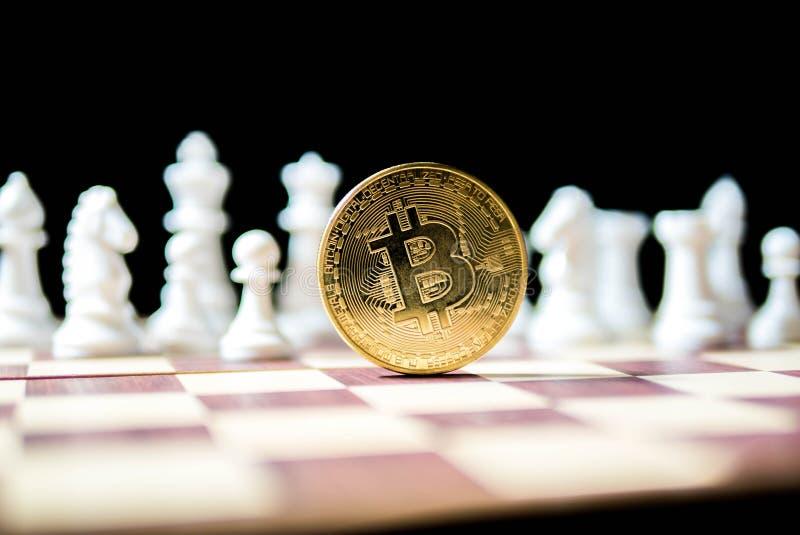 Bitcoin de oro con el ajedrez blanco en fondo negro Concepto del negocio, moneda de Digitaces, dinero virtual, negocio imagen de archivo libre de regalías