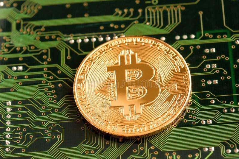 Bitcoin de oro Cryptocurrency en placa de circuito foto de archivo libre de regalías