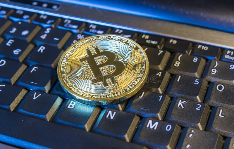 Bitcoin de oro en el teclado fotos de archivo
