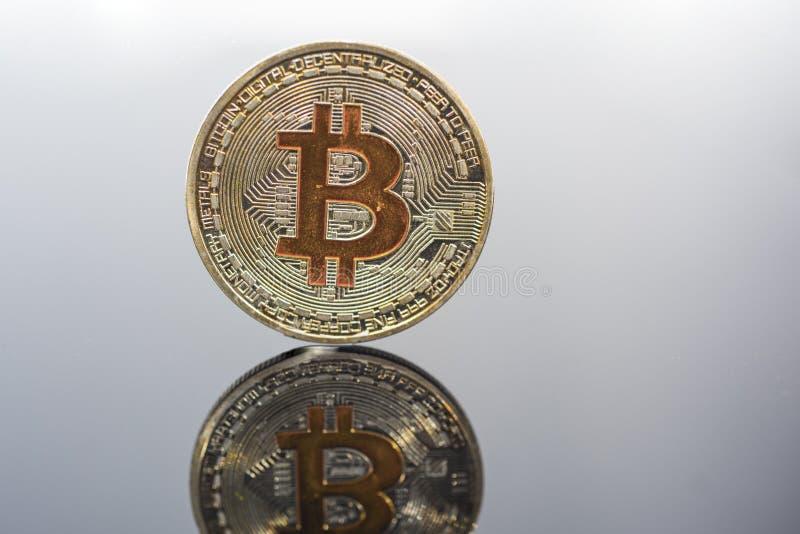Bitcoin de oro en la tabla de cristal Foto abstracta del cryptocurrency virtual foto de archivo