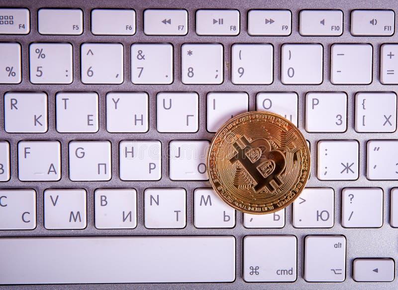 Bitcoin de oro de la moneda fotografía de archivo libre de regalías