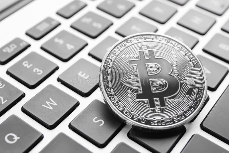 Bitcoin de prata no teclado do PC imagens de stock royalty free