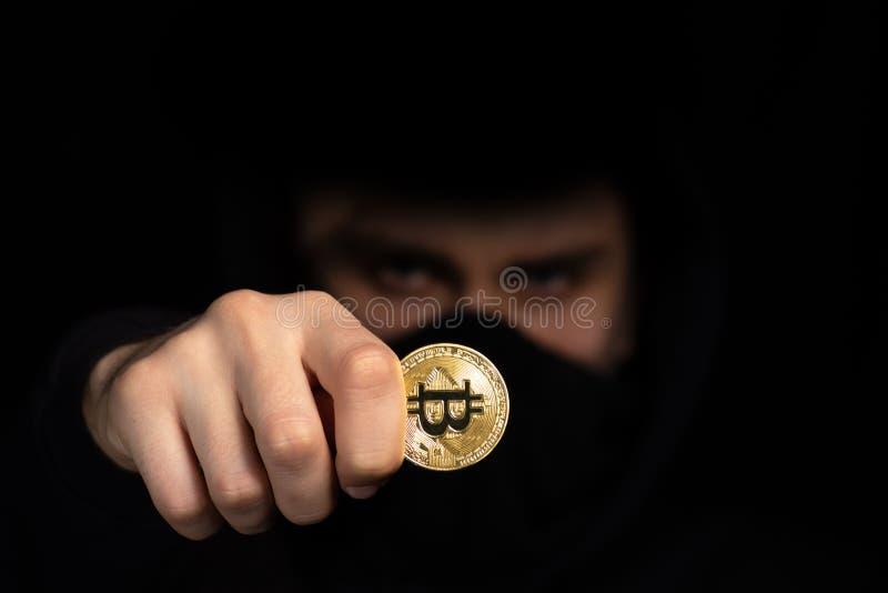 Bitcoin de prise de pirate informatique de plan rapproché à disposition lançant l'attaque de cyber, sécurité de cyber de con photo libre de droits