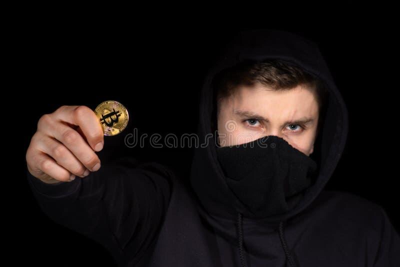 Bitcoin de prise de pirate informatique de plan rapproché à disposition lançant l'attaque de cyber, sécurité de cyber de con image stock